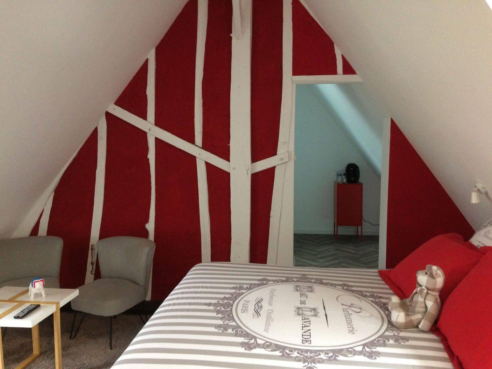 clos-dessyag-montcavrel-chambre-rouge